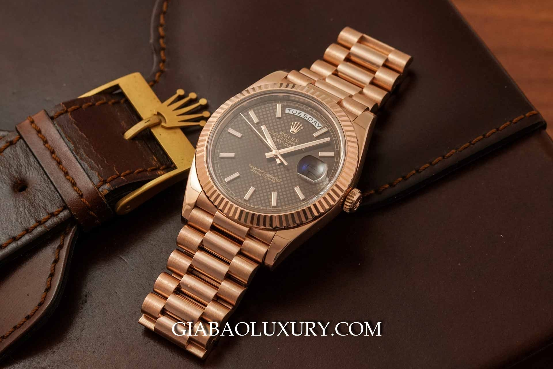Đồng Hồ Rolex Day Date 228235 Mặt Số Chocolate Họa Tiết Chéo