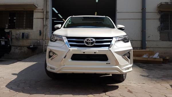 đầu xe Toyota Fortuner 2019 độLexus LX 570 màu trắng
