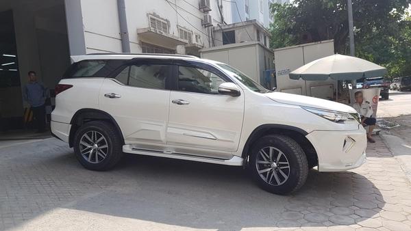 Toyota Fortuner 2021 độLexus LX 570 màu trắng ngọc trai