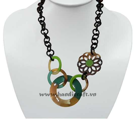 Round horn link with flower pendant necklace