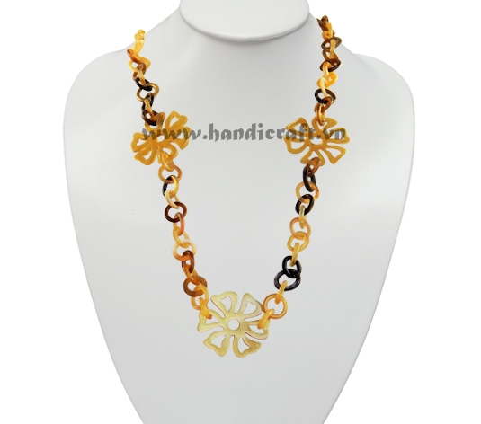 Buffalo horn necklace with flowers pendants