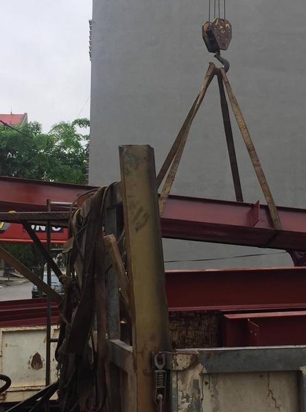 Vận chuyển khung thép vào địa điểm thi công