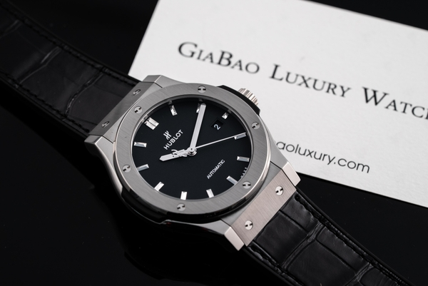 Đồng Hồ Hublot Classic Fusion Black Titanium 42mm 542.NX.1171.LR (Like New)