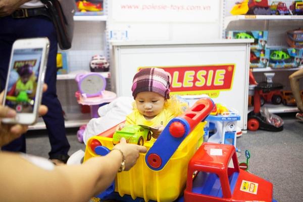 em bé ngồi trong thùng xe no1 37909 polesie tại triển lãm