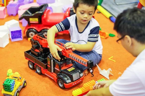 cậu bé ham chơi với xe cẩu đồ chơi Mammoet Polesie 57112