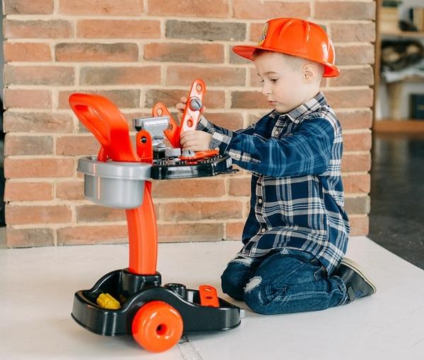trẻ em đang chơi bộ đồ chơi kỹ năng kỹ sư cơ khí Mechanical Center