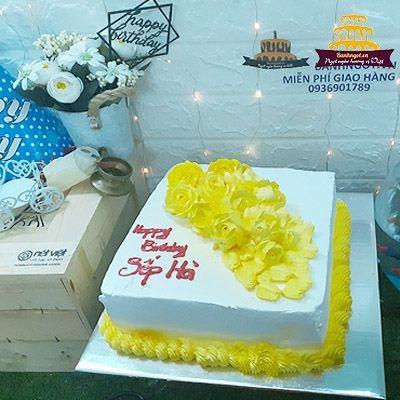 bánh sinh nhật vuông màu vàng sang trọng