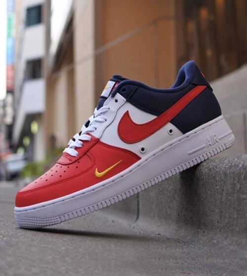 [820438-603] K NIKE AIR FORCE 1 UNIVERSITY RED