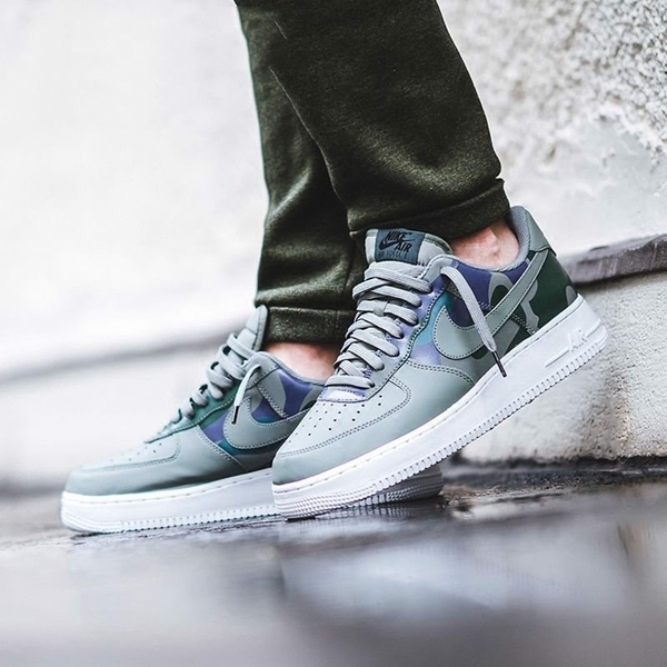 [823511-008] M NIKE AIR FORCE 1 GREEN CAMO 07 LV8 DARK STUCCO