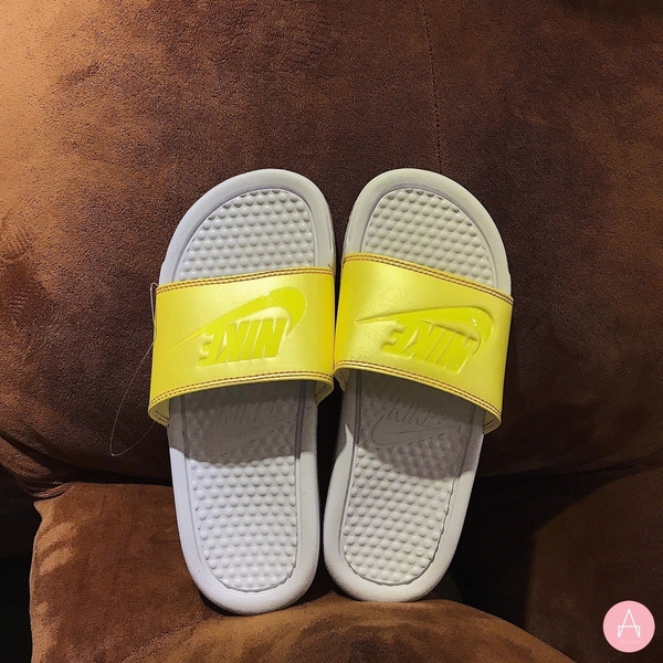 [343881-110] W NIKE BENASSI WHITE METALLIC YELLOW