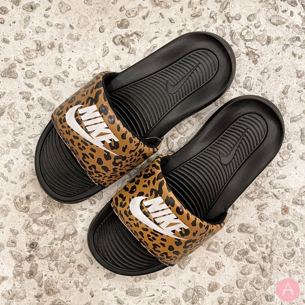 [CN9676-700] W NIKE VICTORI ONE PRINTED SLIDE