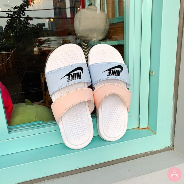 [819717-109] W NIKE BENASSI DUO ULTRA SLIDE BLUE/PINK