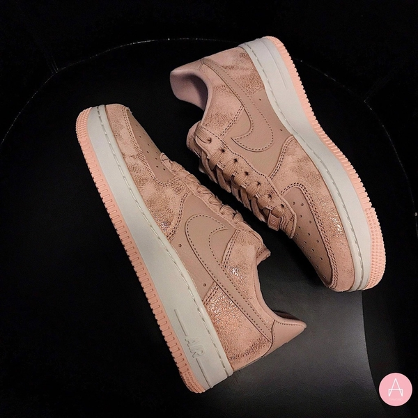 [616725-901] W NIKE AIR FORCE 1 PARTICLE BEIGE PINK