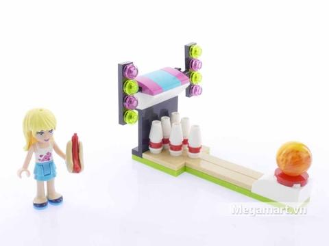Lego Friends 30399 - Bowling Trong Công Viên Giải Trí - Stephanie bên khu vui chơi bowling