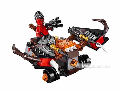 Lego Nexo Knights 70318 - Xe tấn công quỷ dữ - khung cảnh chiến đấu
