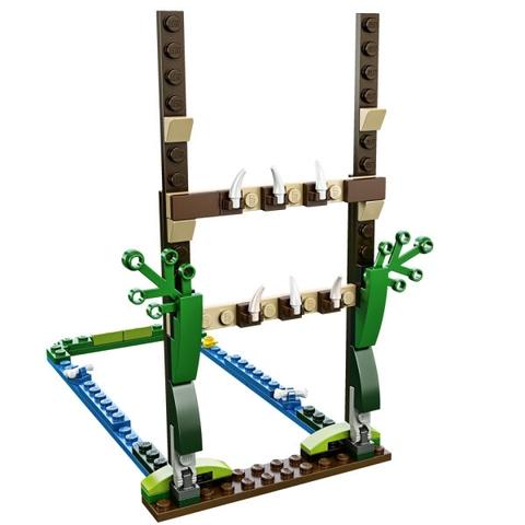 Mô hình đầm lầy cùng rào chắn bắt mắt nhiều màu sắc trong bộ Lego Chima 70111