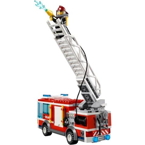 Chiếc xe cứu hỏa cùng các nhân viên đang nhanh chóng dập tắt đám cháy