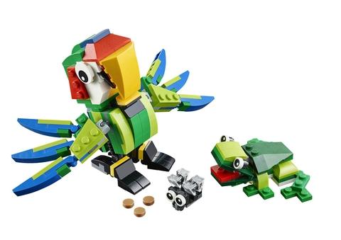 1 chú vẹt nhiều màu sắc với khả năng di chuyển linh hoạt, cùng với 1 chú ếch kháu khỉnh đang rình bắt con mồi trong Lego Creator 31031 - Động Vật Rừng Nhiệt Đới