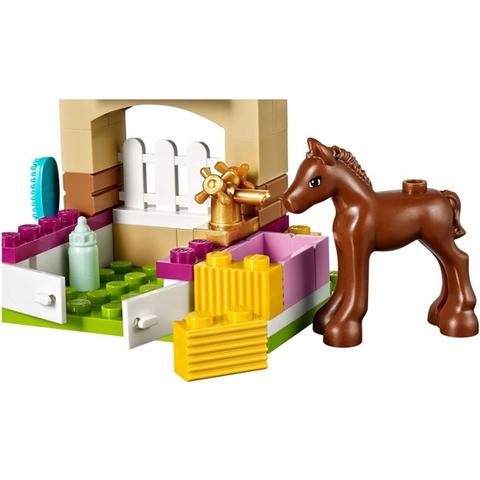 Mô hình chuồng ngựa chân thực và sinh động trong bộ xếp hình Lego Friends 41089 - Ngựa Con