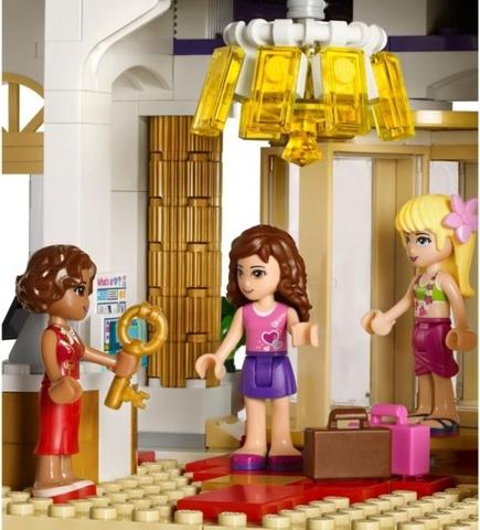 Ba cô nàng đã đến khách sạn và nhận được chìa khóa phòng trong Lego Friends 41101 - Khách sạn 5 sao Heartlake