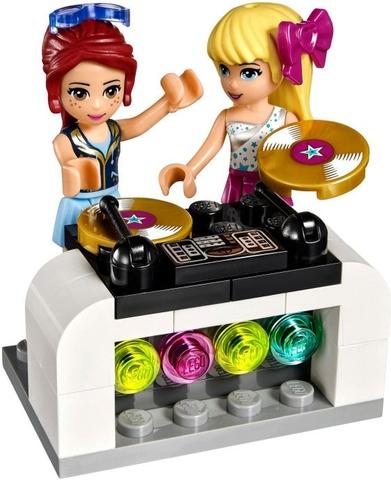 DJ chuyên nghiệp Miavà trợ  lý xinh đẹp Stephanie trong bộ xếp hình Lego Friends 41106 - Xe Buýt Biểu Diễn  Ngôi Sao