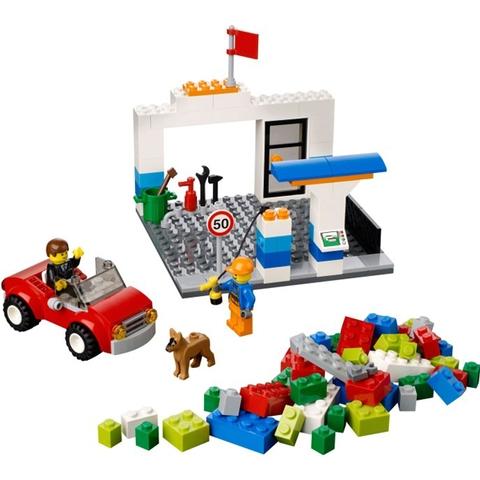 Lego Juniors 10659 - Vali Lắp Ráp Xanh Dương với bối cảnh trạm xăng dầu quen thuộc