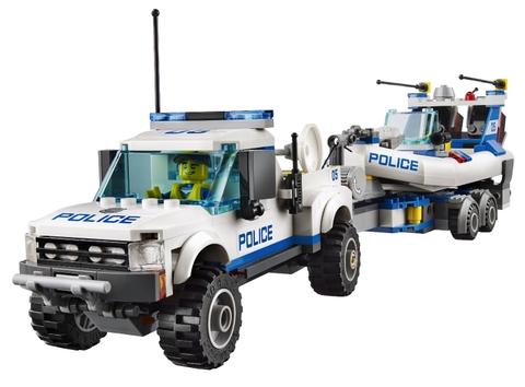 Chiếc ô tô cảnh sát đang kéo theo chiếc ca nô trên đường đến hiện trường đào tẩu của tội phạm. Bé có thể biến mình thành nhân vật cảnh sát đang truy đuổi những tên tội phạm.