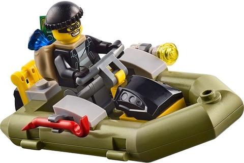 Hình ảnh tên tội phạm đang cố gắng trốn khỏi sự truy đuổi gắt gao của cảnh sát được tái hiện trong bộ xếp hình Lego City 60045.