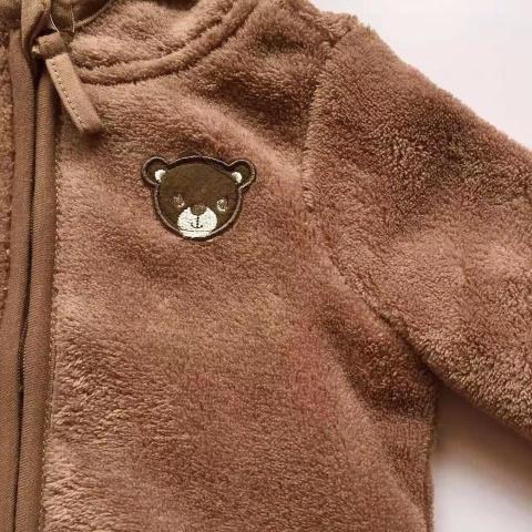 Chất lông mềm mại, áo khoác có thêu gấu bên ngực