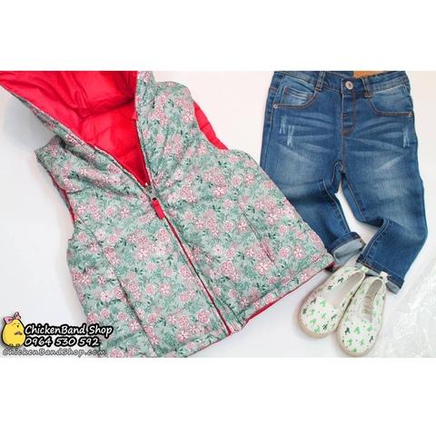 Một mặt áo khoác là họa tiết hoa nhí, mặt kia là màu hồng trơn
