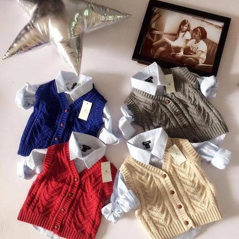 Áo len đa dạng màu sắc: đỏ, xanh, ghi, xám