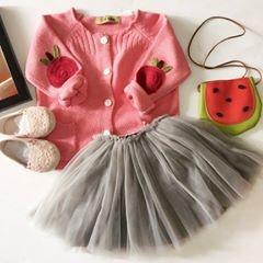 Set đồ tuyệt vời khi bé diện áo len với chân váy xòe