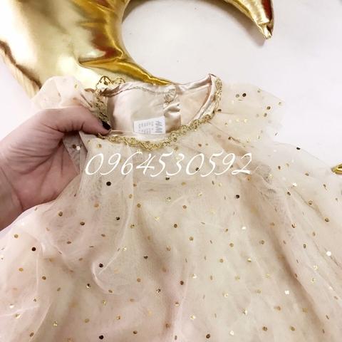 Phần cổ váy có viền ren điệu đà, sang chảnh