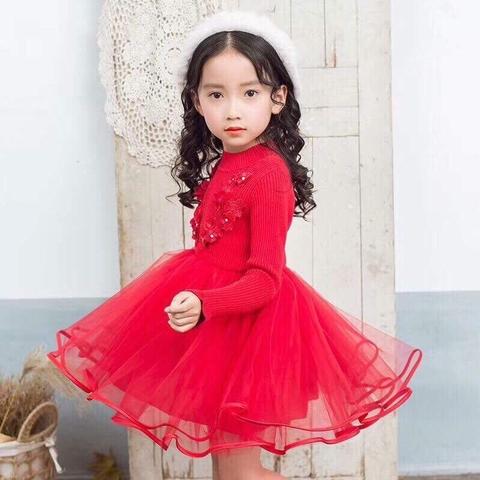 Bé diện váy len đỏ xinh xắn trong ngày Tết