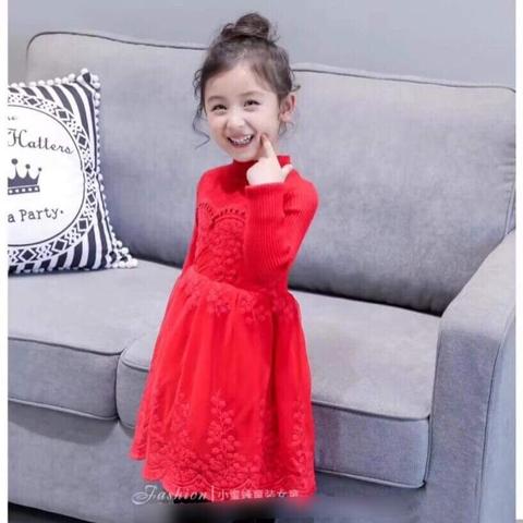 Bé diện váy len đỏ dễ thương vô cùng