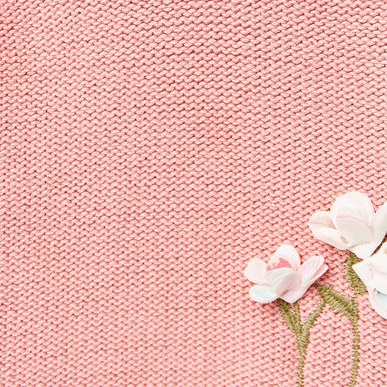 Hoa vải được đính trên áo len quá xinh