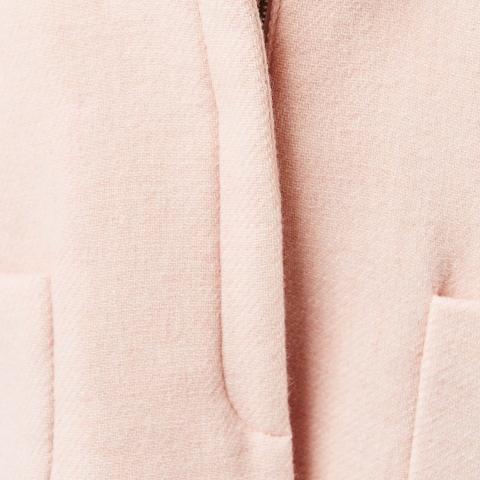 Chất dạ áo khoác êm dịu với làn da của bé