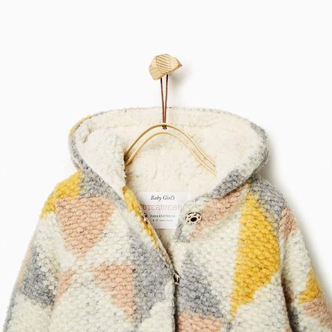 Áo có mũ tiện lợi, bên trong đều lót lông cừu mềm nhẹ ấm áp