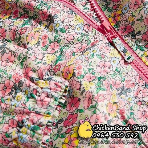 Hoạt tiết hoa nhí trên áo rất đặc biệt