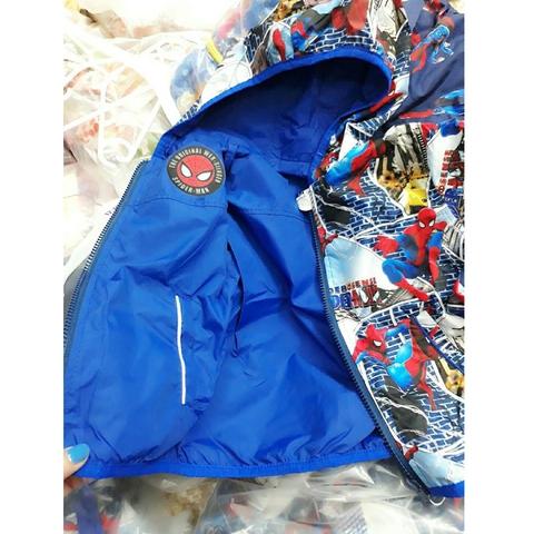 Mặt trong áo khoác màu xanh trơn có inhình nhện