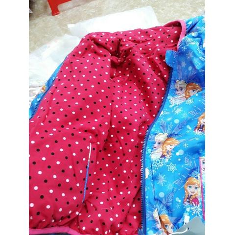 Bên trong áo khoác màu hồng đậm chấm bi nổi bật