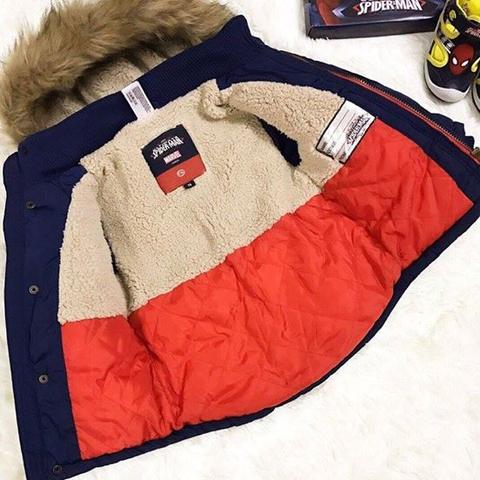 Thiết kế chuẩn từ bên trong, màu sắc phối lạ mắt, đặc biệt phía trong áo khoáccòn có phần ghi thông tin của bé, tránh thất lạc, nhất là khi các bé đi lớp.