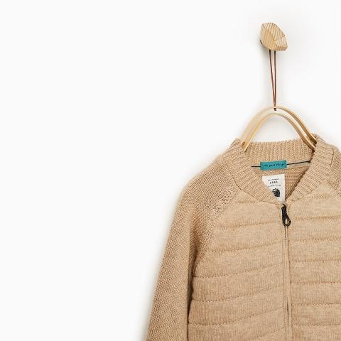 Cổ áo khoác len ôm sát giữ ấm cơ thể