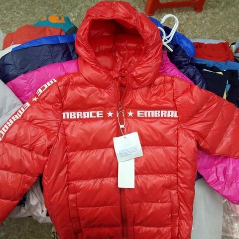 Áo khoác lông vũ màu đỏ nổi bật