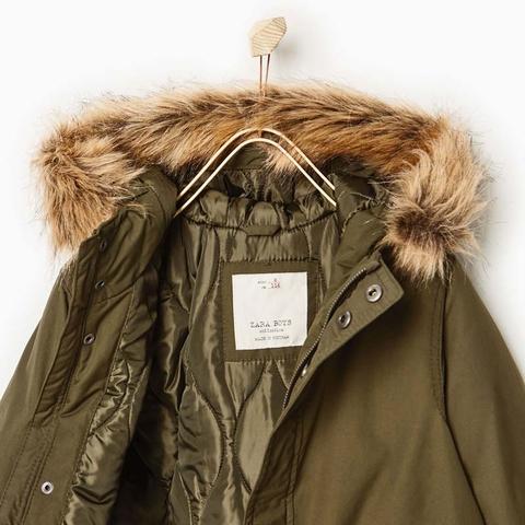Phía trên áo khoác có mũ lông, phần lông có thể tháo rời