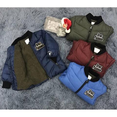 Áo khoác có 4 màu: xanh navy, xanh dương, xanh rêu và đỏ đô