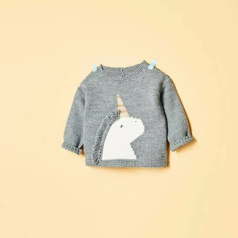 Áo len dáng ngắn và hơi rộng ngang thích hợp cho cả bé bụ bẫm