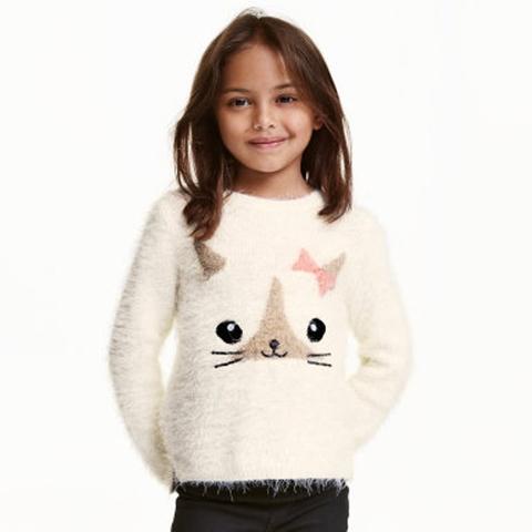 Bé diện áo len lông thêu mèo dễ thương