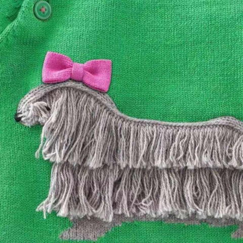 Hình cún xù được dệt tỉ mỉ trên áo len