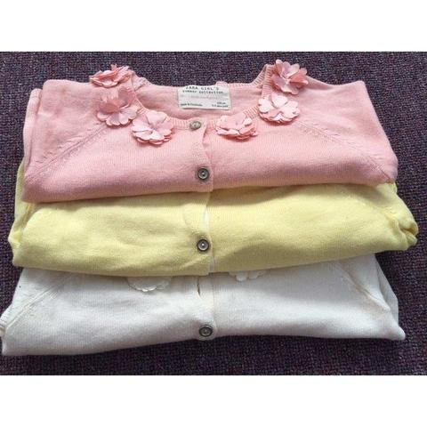 Màu sắc áo len đa dạng với màu hồng, vàng